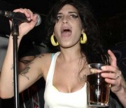 Amy-Winehouse-drunk